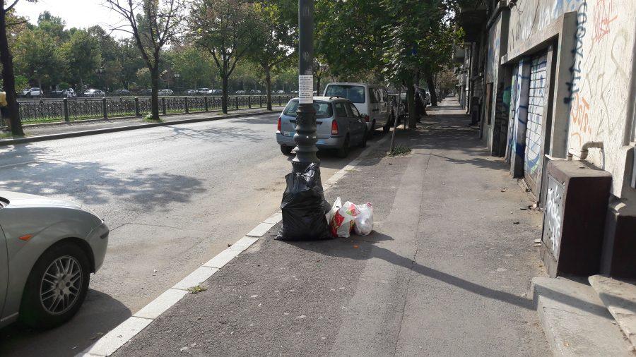 Saci de gunoaie pe strada in Bucuresti, sectorul 5.
